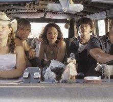 Jessica Biel, Jonathan Tucker, Erica Leerhsen, Mike Vogel e Eric Balfour in una scena del remake di Non aprite quella porta
