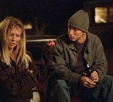 Kim Basinger e Eminem in una scena di 8 Mile