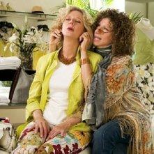 Barbra Streisand e Blithe Danner in una scena di Mi presenti i tuoi?