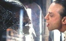 Brad Dourif in una scena di Alien: La clonazione