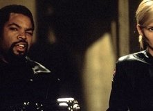 Ice Cube e Natasha Henstridge in una scena di Fantasmi da marte