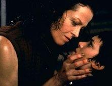 Sigourney Weaver e Winona Ryder in una scena di Alien: La clonazione