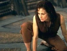 Sigourney Weaver in una scena del film Alien: La clonazione