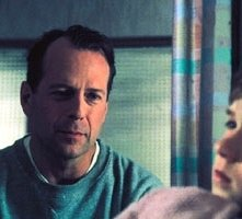 Bruce Willis con Haley Joel Osment in una scena di Il sesto senso