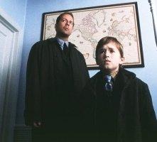 Bruce Willis e Haley Joel Osment in una scena di Il sesto senso