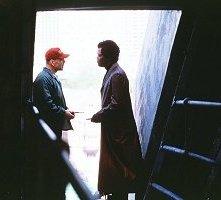 Bruce Willis con Samuel L. Jackson in una scena di Unbreakable - Il predestinato