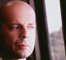 Bruce Willis in una sequenza di Unbreakable - Il predestinato
