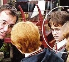 Daniel Radcliffe, Emma Watson, Rupert Grint e Chris Columbus il regista sul set di Harry Potter e la pietra filosofale