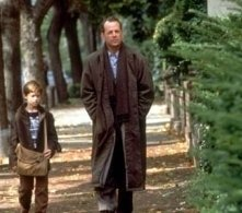 Haley Joel Osment  e Bruce Willis in una scena di Il sesto senso