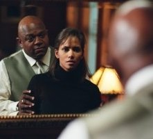 Halle Berry e Charles Dutton in una scena di Gothika