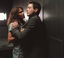 Halle Berry e Robert Downey Jr. in una scena di Gothika