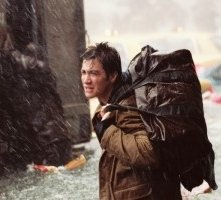 Jake Gyllenhaal in una scena di The Day After Tomorrow - L'alba del giorno dopo