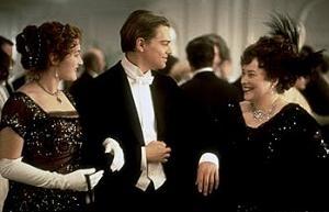 Kate Winslet, Leonardo DiCaprioe e Kathy Bates in una scena di Titanic