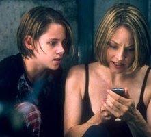 Kristen Stewart con Jodie Foster in una scena di Panic Room