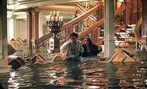 Leonardo DiCaprio e Kate Winslet in una scena drammatica di Titanic