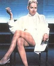 Sharon Stone in una celebre scena di Basic Instinct