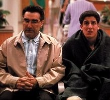 Eugene Levy e Jason Biggs in una scena di American Pie 2