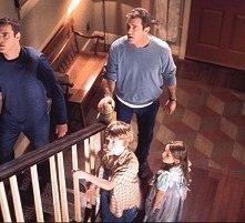 Mel Gibson, Joaquin Phoenix, Rory Culkin e Abigail Breslin in una scena di Signs