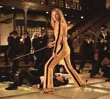 Uma Thurman circondata dai Crazy 88 in una scena di Kill Bill: Volume 1