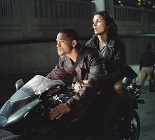 Will Smith e Bridget Moynahan in una sequenza di Io, Robot