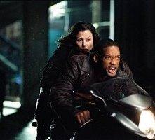 Will Smith e Bridget Moynahan in una scena d'azione di Io, Robot