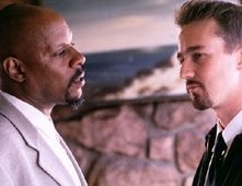 Avery Brooks e Edward Norton in una scena di American History X