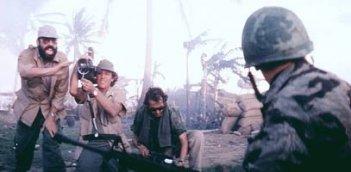 Il regista Francis Ford Coppola dirige una scena di Apocalypse Now