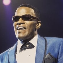 Jamie Foxx interpreta Ray Charles in una scena del film Ray