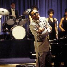 Jamie Foxx in una scena del film Ray (2004)