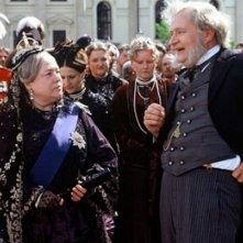 Kathy Bates e Jim Broadbent in una scena de Il giro del Mondo in 80 giorni