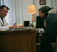 Tom Wilkinson e Jim Carrey in una scena di Se mi lasci ti cancello