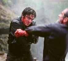 Benicio del Toro e Tommy Lee Jones in una scena di The Hunted