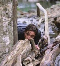 Benicio del Toro in una scena di The Hunted