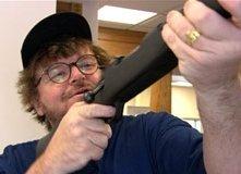 Michael Moore in una scena del doc. Bowling a Columbine