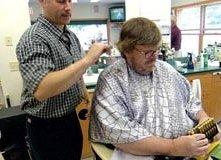 Michael Moore in una scena del documentario Bowling a Columbine