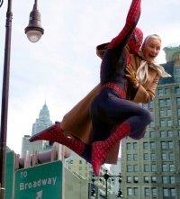 Rosemary Harris e l'uomo ragno in una scena di Spider-Man 2