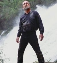 Tommy Lee Jones in una scena del film The Hunted
