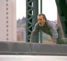 Tommy Lee Jones in una scena di The Hunted (2003)