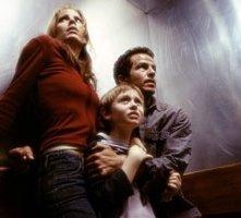 Emma Caulfield, Lee Cormie e Chaney Kley in una scena di Al calare delle tenebre