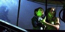 Lee Cormie e Emma Caulfield in una scena di Al calare delle tenebre
