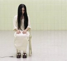Daveigh Chase in una scena di The Ring