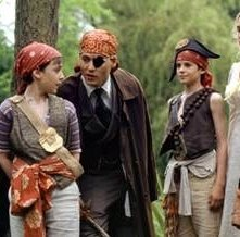 Freddie Highmore, Joe Prospero, Johnny Depp, Nick Roud, Kate Winslet e Luke Spill in una scena di Neverland - Un sogno per la vita