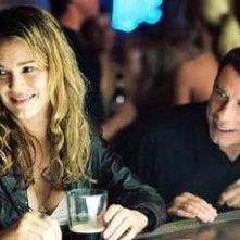 Jacinda Barrett e John Travolta in una scena di Squadra 49