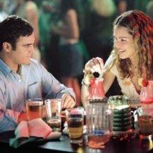 Joaquin Phoenix e Jacinda Barrett in una scena di Squadra 49