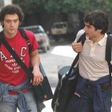 Paolo Briguglia e Claudio Santamaria in una scena di Ma quando arrivano le ragazze?