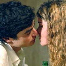 Paolo Briguglia insieme a Vittoria Puccini in una scena di Ma quando arrivano le ragazze?
