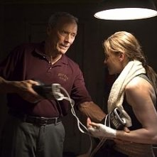 Clint Eastwood accanto a Hilary Swank in una scena di Million Dollar Baby