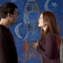 Dominic West e Julianne Moore in una scena di The Forgotten