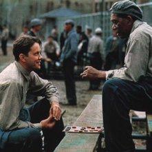 Tim Robbins e Morgan Freeman in una scena di  The Shawshank Redemption