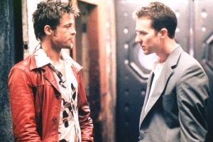 Brad Pitt e Edward Norton in una scena di Fight Club di David Fincher